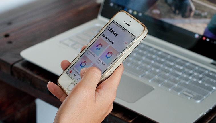 Bedrijfsdata op laptop en telefoon