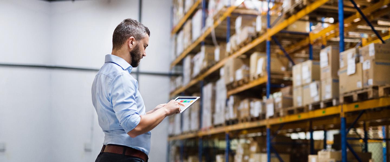 Man met tablet in magazijn software