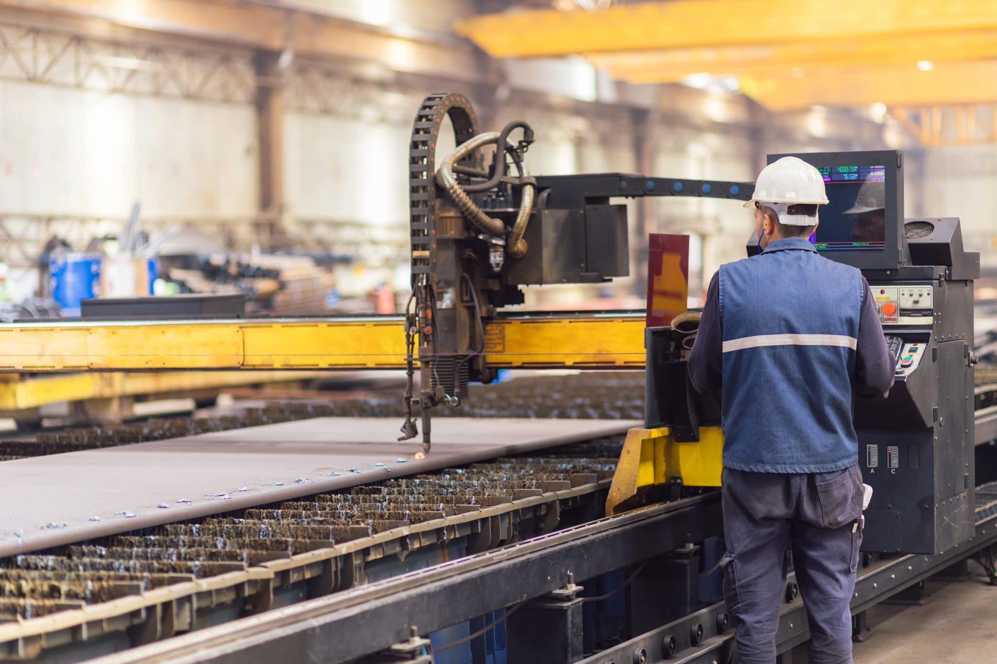 Man aan het werk in fabriek