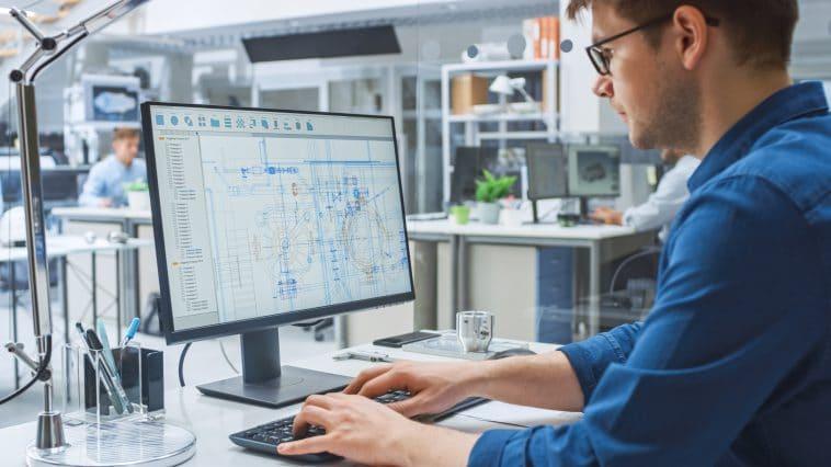 Engineer aan het werk achter computer